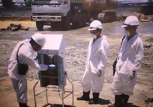 Các nhân viên cho vận hành xử lý nhiệt để xử lý đất nhiễm dioxin đã được đưa vào mố. Ảnh: Bộ Quốc phòng.