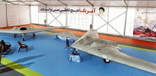 Chiếc RQ-170 Mỹ bị buộc hạ cánh năm 2011 (trái) và bản sao của Iran. Ảnh: Fars News.