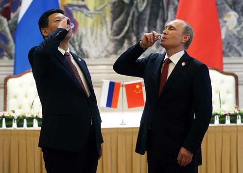 Tổng thống Nga Vladimir Putin (phải) và Chủ tịch Trung Quốc Tập Cận Bình tại lễ ký hợp đồng cung cấp khí đốt trong 30 năm tại Thượng Hải tháng 5/2014. Ảnh: AFP.