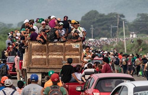 Đoàn di cư Honduras rời Arriaga để đến San Pedro Tapanatepec, nam Mexico ngày 27/10. Ảnh: AFP.