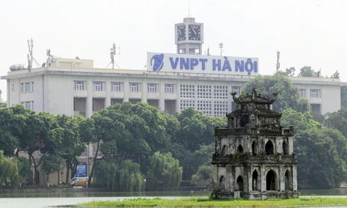 Biển chữ Bưu điện Hà Nội được đổi tên VNPT Hà Nội từ tháng 10/2015 đến nay. ảnh: Tất Định.