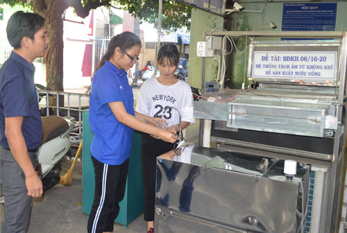 Cán bộ, sinh viên Đại học Tài nguyên và Môi trường sử dụng nước tách từ không khíuống trực tiếp.