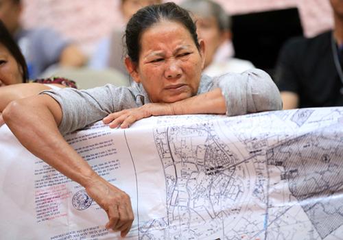 Mỗi lần lãnh đạo tiếp xúc, rất nhiều người dân Thủ Thiêm mang theo bản đồ và hồ sơ khiếu nại. Ảnh: Hữu Khoa