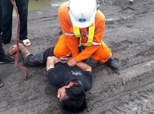 Nhân viên tuần tra bắt quả tang một vụ trộm dây cáp điện trên cao tốc. Ảnh: Vân Quỳnh