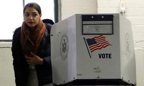 Alexandria Ocasio-Cortez, ứng viên nghị sĩ của đảng Dân chủ, bỏ phiếu tại một điểm bầu cử ở thành phố New York. Ảnh: Reuters.