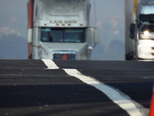 Mặt cầu Bạch Đằng có hiện tượng lượn sóng khiến tài xế không dám đi nhanh vì sự mất lái. Ảnh: Minh Cương