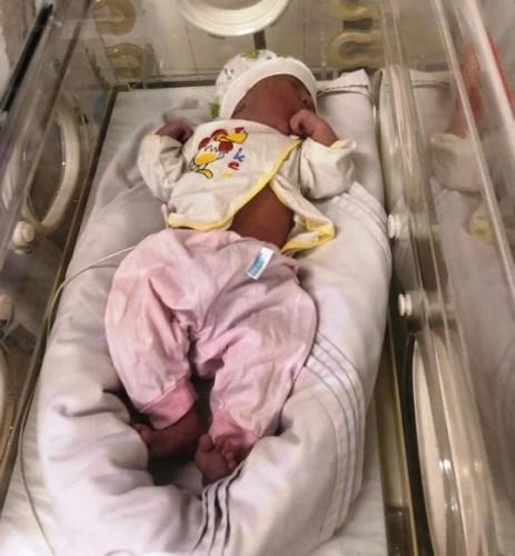 Bé gái nặng 3,5 kg bị bỏ rơi đang được chăm sóc. Ảnh: B.M