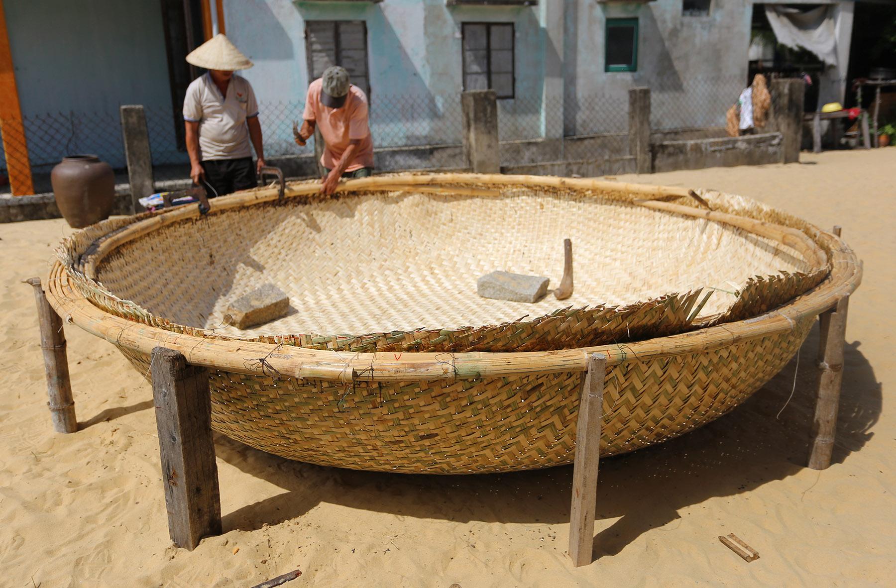 Bí quyết nghề đan thuyền thúng câu mực ở Quảng Nam