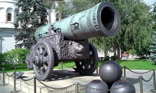 Pháo Sa Hoàng hiện được đặt tại sân trước Điện Kremlin, trung tâm thủ đô Moskva của Nga. Ảnh: RBTH.