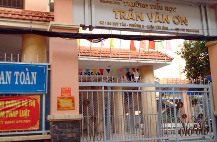 Cô giáo ở Sài Gòn phạt học trò tự tát bị khiển trách