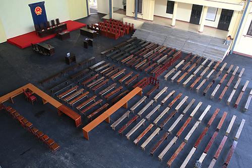 Phòng xử án rộng gần 1.000 m2 với khoảng 120 băng ghế. Ảnh: Phạm Dự.