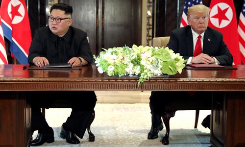 Lãnh đạo Triều Tiên Kim Jong-un (trái) và Tổng thống Mỹ Donald Trump tại hội nghị thượng đỉnh ở Singapore hồi tháng 6. Ảnh: Reuters.