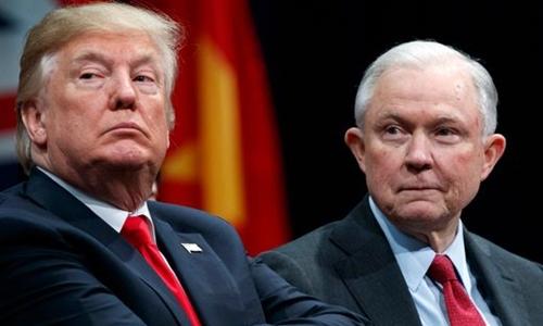 Tổng thống Mỹ Trump (trái) và Bộ trưởng Tư pháp Jeff Sessions tại Virginia hồi năm ngoái. Ảnh: AFP.