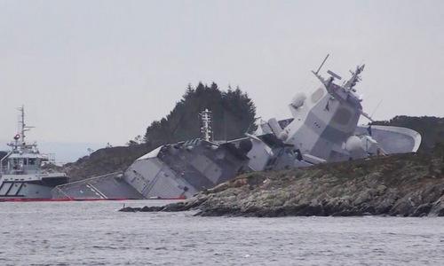 Tàu hộ vệ Helge Ingstad sau khi ủi bãi để tránh bị chìm vào sáng 8/11. Ảnh: NY Times.