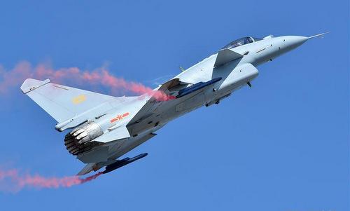 Chiếc J-10B mang hai thiết bị tạo khói dưới cánh trong bài biểu diễn hôm 6/11. Ảnh: Sina.