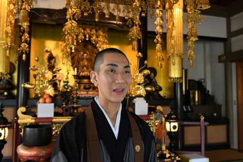 Cuộc sống hai mặt của nhà sư đồng tính Nhật đam mê nghề trang điểm - 1