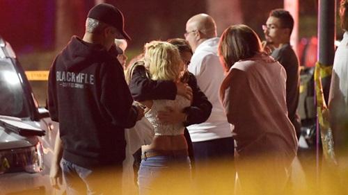 Mọi người an ủi nhau tại hiện trường vụ xả súng quán bar ở hạt Ventuna, California, Mỹ. Ảnh: AP.