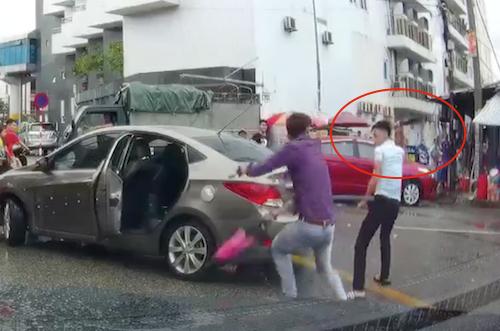 Nam thanh niên cầm dao (khoanh đỏ) đuổi chém đối phương. Ảnh: Cắt từ video.