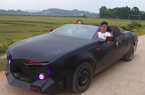 Anh Trung bên chiếc siêu xe Lamborghini. Ảnh: Đức Hùng