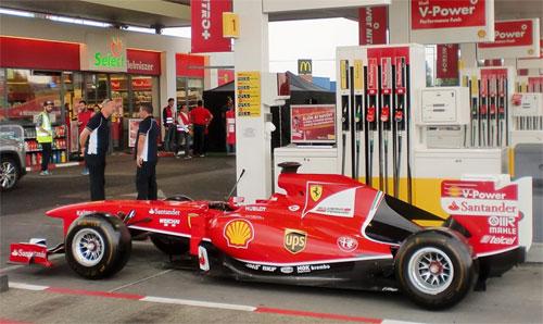 Hợp chất trong nhiên liệu dành cho xe F1 cũng giống trong xăng thương mại, nhưng cách thức pha trộn khác.