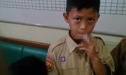 Hiệu trưởng Indonesia bắt học sinh hút thuốc lá để trừng phạt