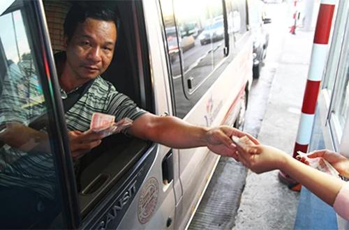 Lái xe trả tiền lẻ qua trạm BOT Cai Lậy. Ảnh:Hoàng Nam.