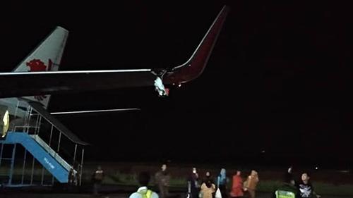Cánh trái của chiếc máy bay mang số hiệu JT633 của hãng hàng không Indonesia Lion Air bị vỡ sau khi đâm vào cột ở sân bay Fatmawati. Ảnh: CNA.