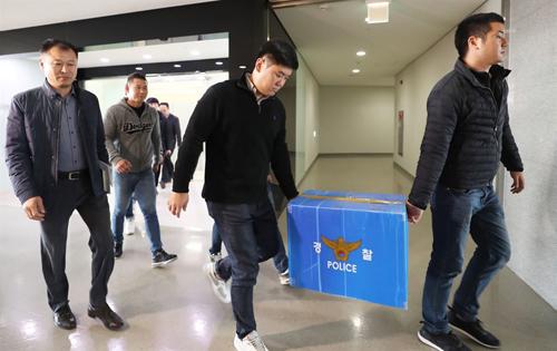 Cảnh sát tịch thu vật chứng trong văn phòng WeDisk hôm 2/11. Ảnh: Yonhap.