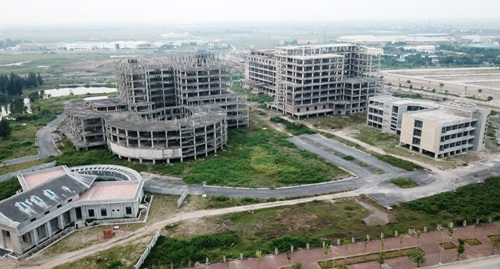 Dự án bệnh viện đa khoa tỉnh Nam Định bị đội vốn lên 850 tỷ đồng và công trình xây dựng trong 6 năm, bất ngờ dừng lại, để hoang 5 năm nay. Ảnh: Giang Chinh