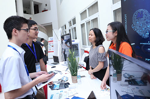 Tập đoàn FPT giới thiệu sản phẩm công nghệ tại Triển lãm trí tuệ nhân tạo tổ chức tháng 5/2018 tại Đại học Quốc gia Hà Nội. Ảnh: BN.