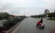 Nữ Ninja chá» con nhá» lao ra làn ôtô vì vừa lái xe máy vừa cá»i áo mÆ°a
