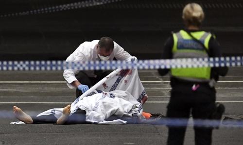 Xe cháy, ba người bị đâm trong tấn công khủng bố ở Australia