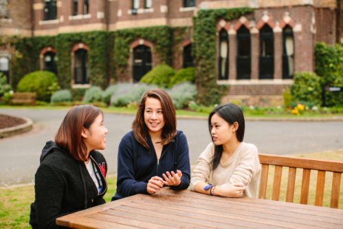Minh Hương cùng bạn trong campus của trường.