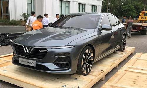 Mẫu sedan Lux A2.0 được tháo dỡ khỏi khung bảo vệ tại một khu đô thị ở Long Biên, Hà Nội. Ảnh: FB