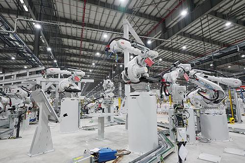 Robot hàn tự động bên trong nhà máy ôtô của VinFast.