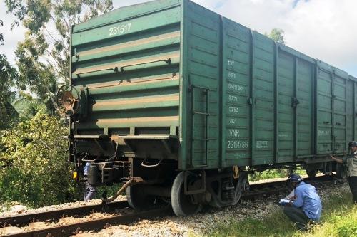 Tàu trật bánh trên đường sắt qua xã Phổ Thạnh, huyện Đức Phổ. Ảnh: Thạch Thảo.