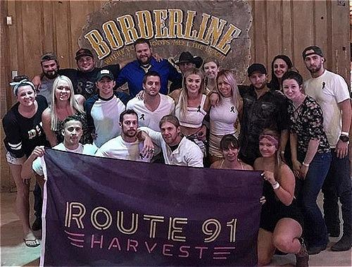 Những người sống sót sau vụ xả súng Las Vegas chụp ảnh tại quán Borderline hồi đầu năm. Ảnh: Facebook.