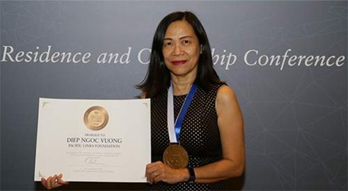 Bà Diệp Vương nhận giải thưởng Công dân Toàn cầu 2018 tại Dubai hôm 6/11. Ảnh: Khaleej Times