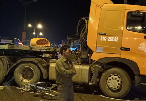 Chiếc xe đạp của nạn nhân vỡ nát dưới bánh xe trong vụ tai nạn ở thị xã Hoàng Mai. Ảnh: Xuân Bảy.