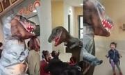 Ông bố Trung Quốc cải trang thành khủng long đón con tan học