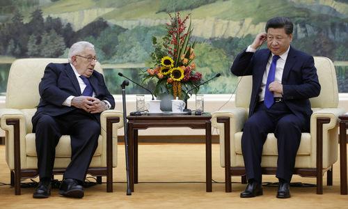 Chủ tịch Trung Quốc Tập Cận Bình (phải) gặp cựu ngoại trưởng Mỹ Henry Kissingerở Bắc Kinh hôm 8/11. Ảnh: AP.