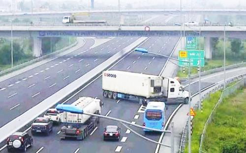 Xe container chạy ngược chiều trên cao tốc Hà Nội - Hải Phòng