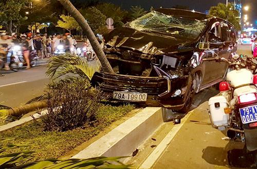Sau khi tông xe máy, ôtô lao lên vỉa hè ở Nha Trang húc ngã hàng loạt gốc cây. Ảnh: An Phước