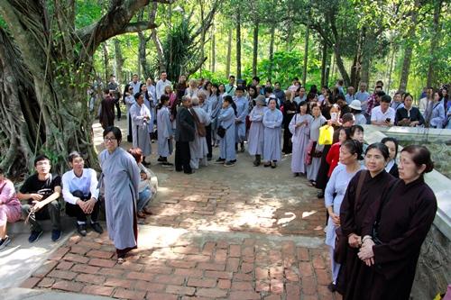 Hàng trăm phật tử nhiều nơi về chùa Từ Hiếu mỗi ngày. Ảnh: Võ Thạnh.