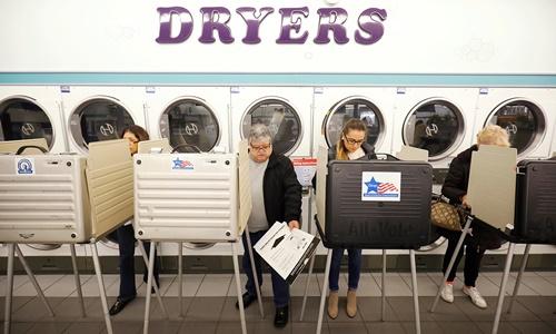 Các cử tri Mỹ đi bỏ phiếu trong cuộc bầu cử giữa kỳ. Ảnh: Reuters.