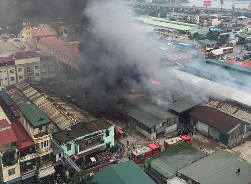 Cháy lớn nhà kho hàng nghìn m2 cạnh bến xe Nước Ngầm