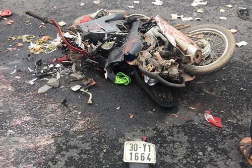 Xe container lật trên đường khiến hai mẹ con tử vong