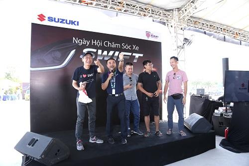 Không chỉ gói gọn trong các dịch vụ chăm sóc xe, khách hàng có mặt tại sự kiện còn có dịp gặp gỡ, trò chuyện cùng những người có chung niềm đam mê và tham gia vào các hoạt động giao lưu gắn kết cộng đồng Suzuki Swift Việt Nam.