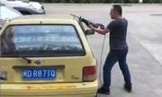 Nam thanh niên cắt đôi ô tô người khác vì bị chặn lối ra