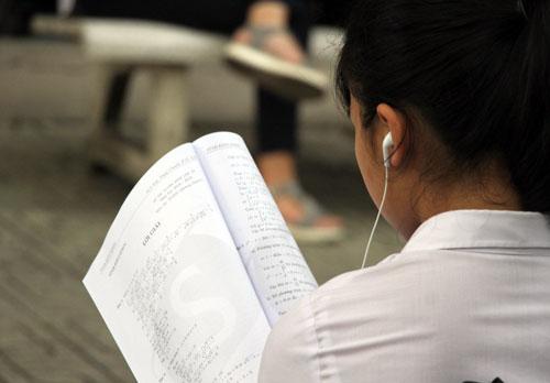 Học sinh TP HCM ôn bài trước kỳ thi. Ảnh: Mạnh Tùng.